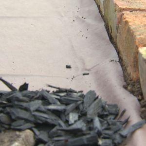 Svart flis på fiberduk i potagere-trädgården