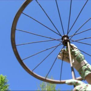 cykelhjul mot blå himmel