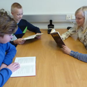 Adian Romar, Alex Laitinen, Stella von Bonsdorff och Ada Laaksonen tycker om att läsa.