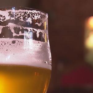 glas med skummande öl