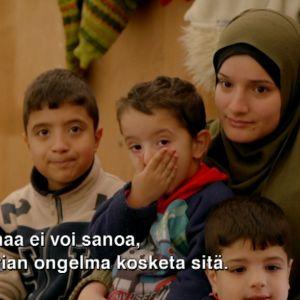Syyrian sotaa paenneita Harmanlin turvapaikanhakijoiden leirillä Bulgariassa