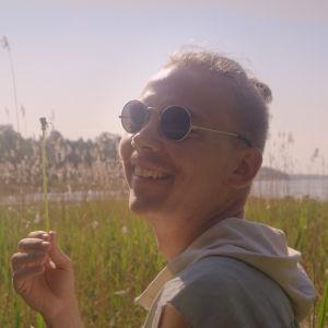 Wille Hyvönen Onnelliset -elokuva, tummempi kuva