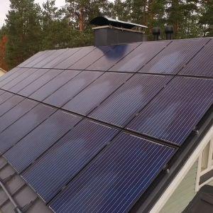 Aurinkopaneeleja rintamamiestalon katolla Hyvinkäällä.