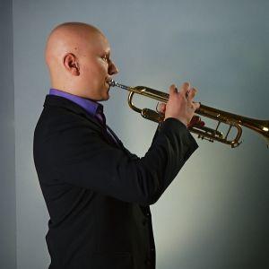 Miikka Saarinen soittaa trumpettia.