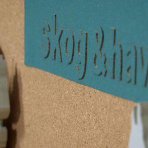 Texten skog och hav utskurna bokstäver