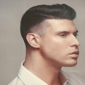 En man med en snaggad frisyr.