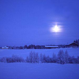 Luminen maalaismaisema kuutamossa, sininen hetki.