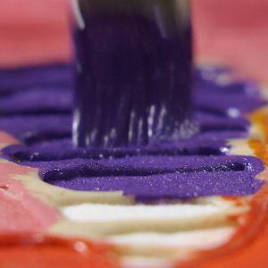 Närbild på batikmönster som fylls i med färg.