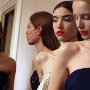 Raf Simonin ensimmäisen haute couture -malliston näytöksen mallit backstagella.
