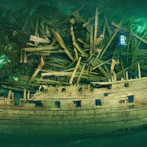 Dokumentti seuraa Itämeressä sijaitsevan hylyn meriarkeologista operaatiota.