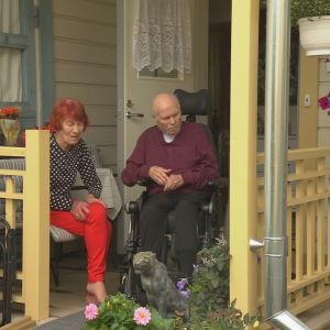 Britta Saari (80) hoitaa miestään Aarrea (81) Kristiinankaupungissa.
