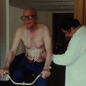 Urho Kekkonen polkee kuntopyörää kuntotestissä