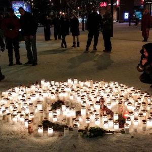 Människor har fört ljus till platsen i Imatra där tre kvinnor sköts ihjäl.