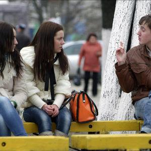 Parikymppisen Olegin äiti on epätoivoinen, poika ei ole kiinnostunut ihmisistä.
