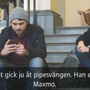 Två karaktärer sitter i en trappa och diskuterar.