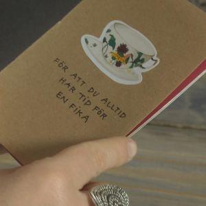 En sida i vänskapsboken med text för att du alltid har tid för en fika
