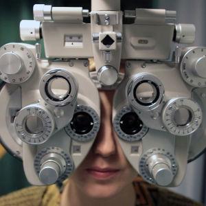 Näöntarkastuksen opettelua optometrin koulutusohjelmassa.