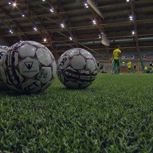 Jalkapalloja tekonurmella Ilveksen treeneissä.