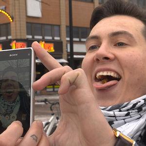 mies maistaa sirkkaa ja ottaa itsestään selfien samalla
