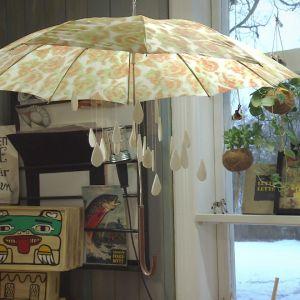 Installation med ett paraply och filttygs rengdroppar.