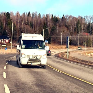 En minibuss på landsvägen i Sjundeå.