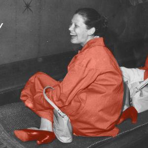 Vanha tyylitelty kuva, jossa kaksi naista laskee Linnanmäen Vekkulan liukumäkeä.