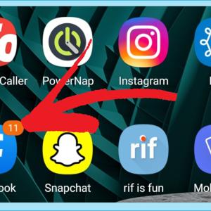 Samsung-puhelimen näytöllä Facebook-sovelluksen lähettämä viestimerkintä