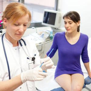 en kvinna som är hos gynekologen