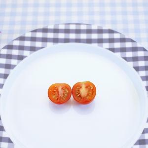 en uppskuren tomat på en talldrik