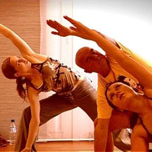Paula Vesala ja Mira Luoti opettavat Jusu Lounelalle hot joogaa.