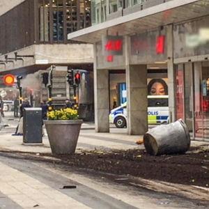 Ruotsalaisdokumentti kuvaa, miten paikalla olleet ja pelastajat kokivat Tukholmassa tapahtuneen terrori-iskun.
