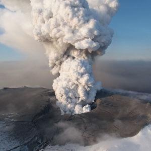 Eyjafjallajokull-tulivuori purkautuu ja ilmaan nousee vulkaaninen tuhkapilvi.