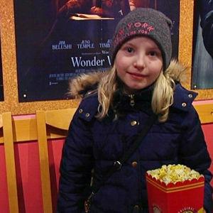 flicka med popkorn