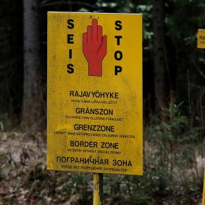 Stoppskylt i gränszonen vid ryska gränsen