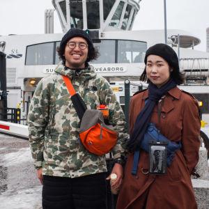 De japanska turisterna Junichi Sato (t.v.) och Akane Jibu, som just kommit med färjan från Sveaborg till Salutorget.