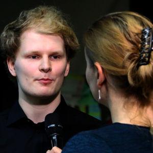 Pianisti Hannu Alasaarela Lotta Emanuelssonin haastattelussa.