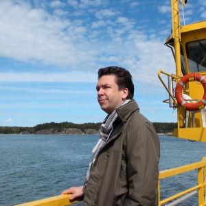 Sebastian Fagerlund på en landsvägsfärja.