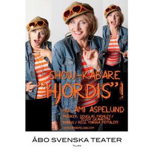 Ami Aspelund musiikkinäytelmässä Hjördis. Åbo Svenska Teater 2014. Ohjaus: Marina Motaleff.
