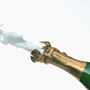 Champagneflaska vars kork flyger ut