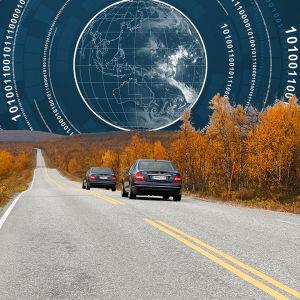 Kaksi autoa maantiellä ruska-aikaan, taivas käsitelty: Maapallo ja digitaalisia numerosarjoja kaarena.