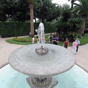 Quirinalen palatsin puistoa ja turisteja, etualalla suihkulähde.