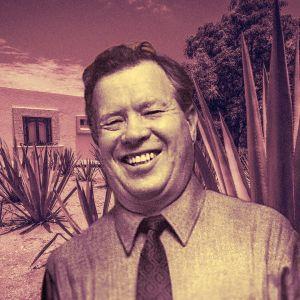 Näyttelijä Oke Tuuri, taustalla meksikolainen maisema.