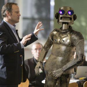 Kuvituskuva kuunnelmaan Atorox - koneihminen. Kuvassa robotti ja mies.