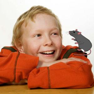 Poika istuu kädet ristissä. Piirretty rotta olkapäällä.