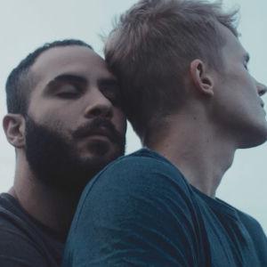 Leevi (Janne Puustinen) och Tareq (Boodi Kabbani) håller om varandra.