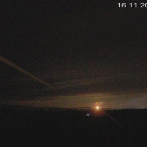 Ett litet ljusklot syns på en bild av kvällshimlen.