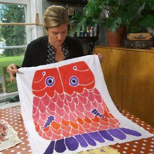 Camilla Forsén-Ström visar upp klar mönsterbatik.