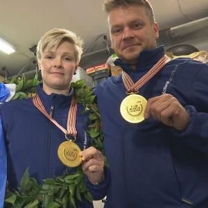 Kirsi Kainulainen och Pekka Päivärinta med sina VM-guldmedaljer 2016