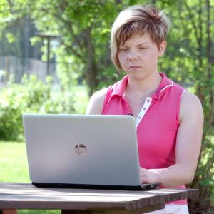 Tuhkimotarinoiden Linda sai siskoltaan Lauralta kirjeen. Kuvassa Laura.