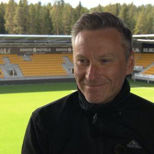 Tränaren Sixten Boström på SJK:s stadion.